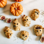 Fig mummies with fresh figs and pumpkins
